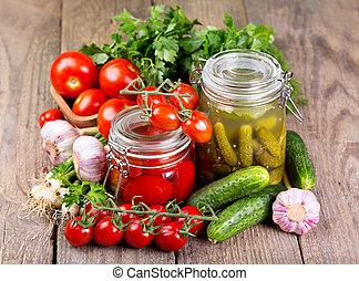 Tomates enlatados y pepino en vinagre