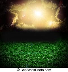 Tormenta nubes oscuras sobre el campo con hierba