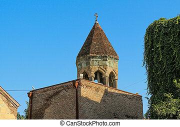 Torre de campana de la vieja iglesia en Tbilisi, Georgia