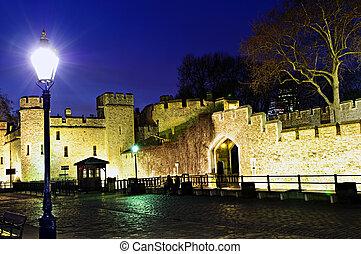 Torre de las paredes de Londres por la noche