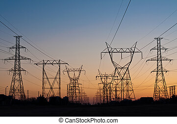 Torres de transmisión eléctrica (Pilones de electrodomésticos) al atardecer
