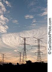 Torres eléctricas de transmisión (Pilones de electrodomésticos) al atardecer