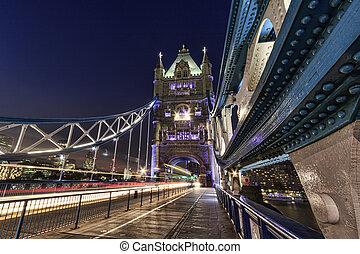 Tower Bridge, Londres por la noche.