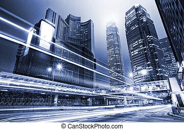 Tráfico con luz borrosa por la ciudad de noche