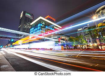 Tráfico de la ciudad Taipei por la noche