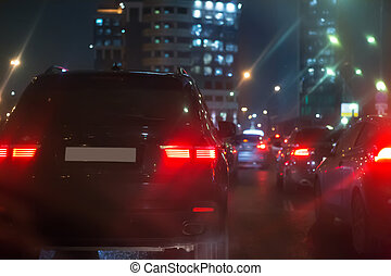 Tráfico en una carretera húmeda