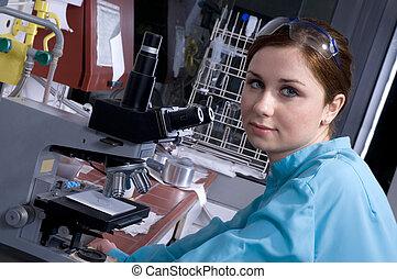 Trabaja en el laboratorio