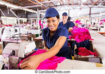 Trabajador africano en la fábrica textil