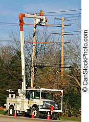 Trabajador arreglando la línea de energía