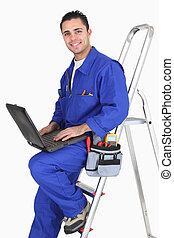 Trabajador artesano masculino con portátil