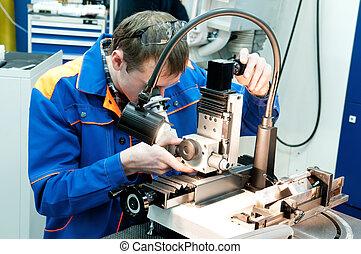 Trabajador comprobando herramientas con dispositivo óptico