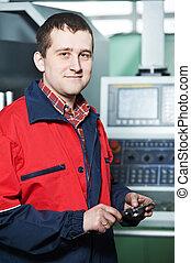 Trabajador con herramientas de calibrador de manos