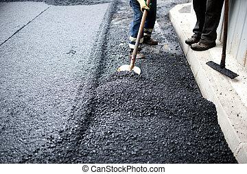 Trabajador con pala haciendo trabajo manual en la construcción de carreteras