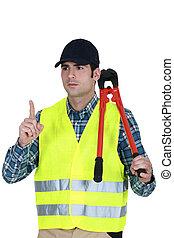 Trabajador con un par de cortadores de tornillos