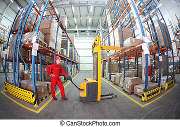 Trabajador con uniforme rojo en el trabajo