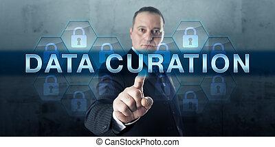 Trabajador de conocimientos tocando la Asociación de Datos