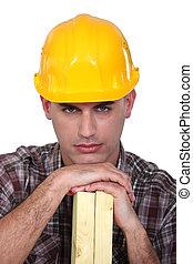 Trabajador de construcción con madera