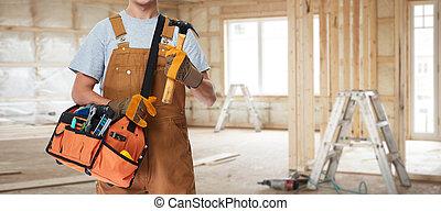 Trabajador de construcción con martillo.