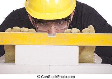Trabajador de construcción con nivel
