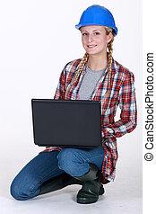 Trabajador de construcción con una laptop