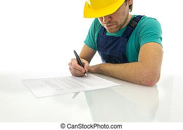 Trabajador de construcción firmando contrato