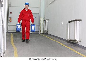 Trabajador de fábrica con botellas
