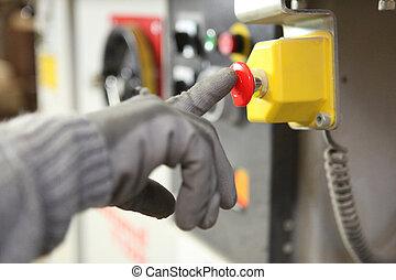 Trabajador de fábrica pulsando un botón