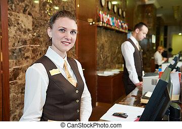 Trabajador de hotel en recepción