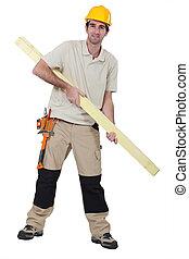 Trabajador de madera con tablas de madera