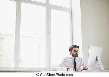Trabajador de oficina ocupado