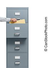 Trabajador de oficina tomando un archivo de un archivador