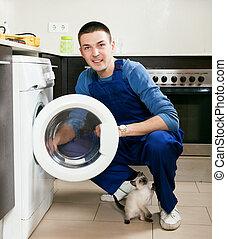 Trabajador de servicio en la cocina