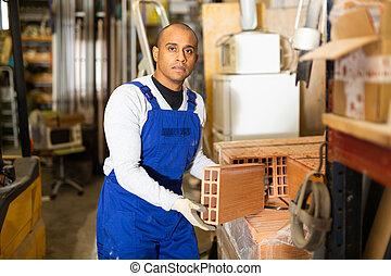 trabajador edificio, hispano, materiales, amontonar, ladrillos, almacén