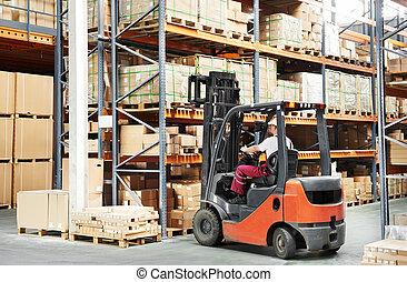 Trabajador en el almacén de cargadores de carretes
