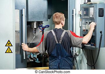 Trabajador en el taller de máquinas