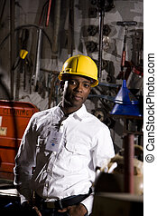 Trabajador en la oficina de mantenimiento