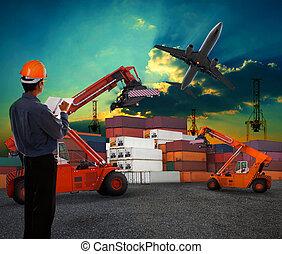 Trabajador en negocios logísticos trabajando en el patio de contenedores con cielo oscuro y carga de avión volando por encima del uso para transporte aéreo y transporte aéreo