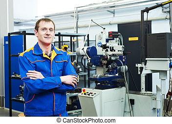 Trabajador en taller de herramientas