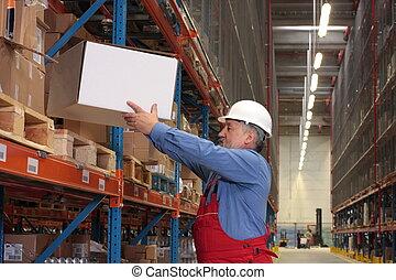 Trabajador experimentado con caja en depósito