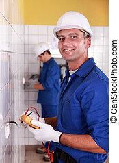 Trabajador haciendo una prueba eléctrica