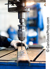 Trabajador industrial usando una máquina mecánica