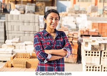 trabajador, mujer, almacén, materiales de construcción, posar