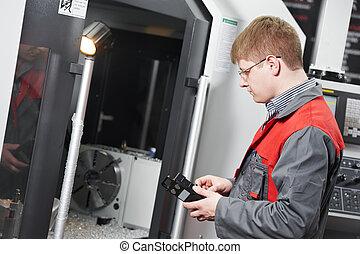 Trabajador operando centro de máquinas CNC