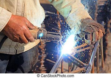 Trabajador profesional soldando operaciones en la industria de la construcción