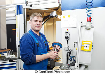 Trabajador que opera en el centro de máquinas CNC
