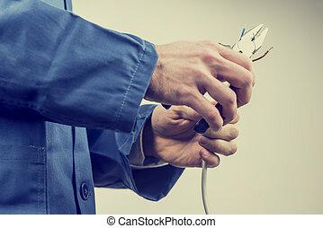 Trabajador reparando un cable eléctrico