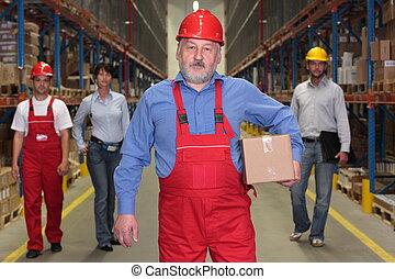 Trabajador senior con caja
