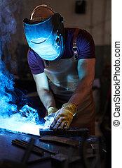 Trabajador soldando metal