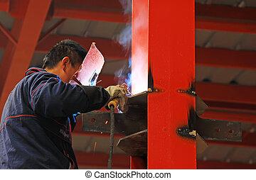 Trabajador soldando piezas de metal