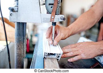 Trabajador y manitas usando una herramienta industrial para follar